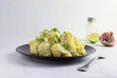 Insalata di patata più sana con il condimento e l'aneto del yogurt Fotografie Stock Libere da Diritti