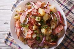 Insalata di patata tedesca con la fine del bacon su vista superiore orizzontale immagine stock