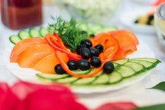 Insalata di pepe, del pomodoro, del cetriolo e delle olive con prezzemolo Immagini Stock