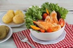 Insalata di pollo in ciotola bianca Fotografia Stock