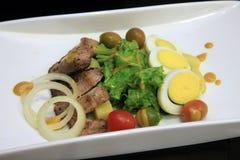 Insalata di pollo con oliva e l'uovo Immagini Stock Libere da Diritti