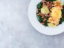 Insalata di pollo con spinaci ed il pompelmo immagine stock