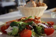 Insalata di pollo eccellente e raffinata in un ristorante Immagini Stock Libere da Diritti