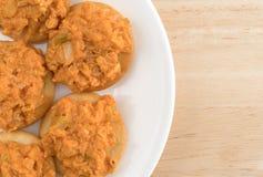 Insalata di pollo piccante sui cracker del burro su un piatto bianco Fotografia Stock Libera da Diritti