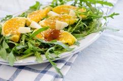 Insalata di Ruccola con l'arancia, il formaggio, il sesamo e balsamico Fotografia Stock Libera da Diritti