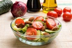 Insalata di verdure in ciotola di vetro Immagine Stock