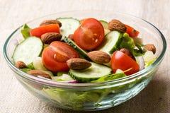 Insalata di verdure in ciotola di vetro Fotografia Stock