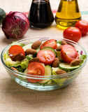 Insalata di verdure in ciotola di vetro Immagini Stock