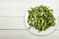 Insalata di verdure con gli ortaggi freschi e la rucola su una tavola di legno Insalata con gli ortaggi freschi verdi in una ciot Immagini Stock