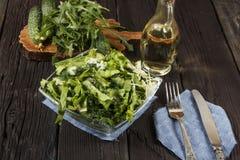 Insalata di verdure con gli ortaggi freschi e la rucola su una tavola di legno Insalata con gli ortaggi freschi verdi in una ciot Immagine Stock