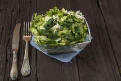 Insalata di verdure con gli ortaggi freschi e la rucola su una tavola di legno Insalata con gli ortaggi freschi verdi in una ciot Immagine Stock Libera da Diritti