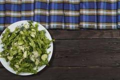 Insalata di verdure con gli ortaggi freschi e la rucola su una tavola di legno Insalata con gli ortaggi freschi verdi in una ciot Fotografie Stock Libere da Diritti