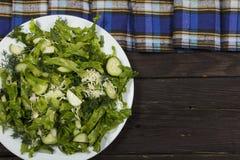 Insalata di verdure con gli ortaggi freschi e la rucola su una tavola di legno Insalata con gli ortaggi freschi verdi in una ciot Immagini Stock Libere da Diritti