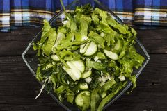 Insalata di verdure con gli ortaggi freschi e la rucola su una tavola di legno Insalata con gli ortaggi freschi verdi in una ciot Fotografia Stock