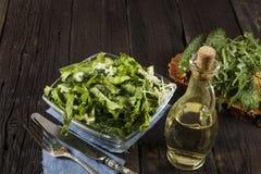 Insalata di verdure con gli ortaggi freschi su una tavola di legno Insalata con gli ortaggi freschi verdi in una ciotola di vetro Immagine Stock Libera da Diritti
