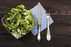Insalata di verdure con gli ortaggi freschi su una tavola di legno Insalata con gli ortaggi freschi verdi in una ciotola di vetro Immagini Stock