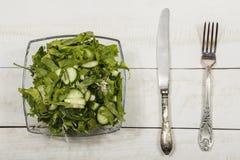 Insalata di verdure con gli ortaggi freschi su una tavola di legno Insalata con gli ortaggi freschi verdi in una ciotola di vetro Fotografia Stock Libera da Diritti