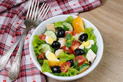 Insalata di verdure con il pollo e le uova Fotografie Stock