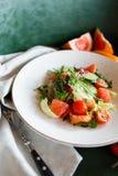 Insalata di verdure con il pompelmo ed il salmone Immagini Stock