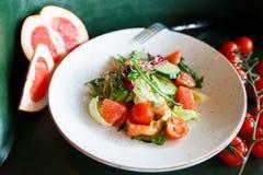 Insalata di verdure con il pompelmo ed il salmone Immagine Stock
