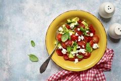 Insalata di verdure con l'avocado, pomodoro ciliegia, peperone dolce arrostito fotografia stock