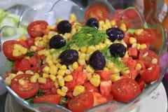 Insalata di verdure dei pomodori, peperoni, cetrioli, carote, cipolle, verdi, cereale Immagini Stock Libere da Diritti