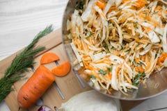 Insalata di verdure di cavolo, delle carote e delle mele Fotografia Stock