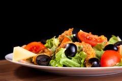 Insalata di verdure Mediterranea con le olive del pollo, formaggio, pomodori, verdi Immagini Stock Libere da Diritti