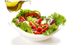 Insalata di verdure in un arco bianco Immagine Stock