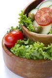 Insalata di verdure in una ciotola di legno fotografia stock
