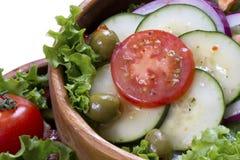 Insalata di verdure in una ciotola di legno Fotografie Stock