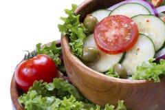 Insalata di verdure in una ciotola di legno Immagini Stock