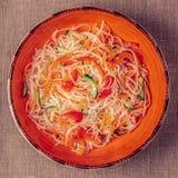 Insalata di vetro della tagliatella con il pepe e la carota del cetriolo Immagine Stock
