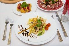 Insalata dietetica con il pollo, l'avocado, il cetriolo, il pomodoro ed il cavolo cinese Fotografie Stock
