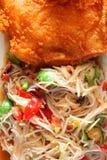Insalata e pollo della papaia fritti Immagini Stock