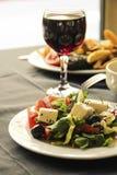 Insalata e vetro greci di vino rosso Immagini Stock