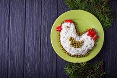 Insalata festiva nella forma del pollo, un simbolo di 2017 anni Immagine Stock