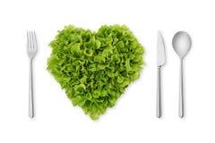 Insalata in forma di cuore, lattuga con la forcella, cucchiaio, coltello Fotografia Stock Libera da Diritti