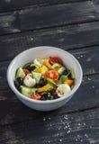 Insalata fresca con i pomodori, i cetrioli, i peperoni, le olive ed il formaggio in una ciotola ceramica Fotografie Stock Libere da Diritti
