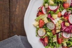 Insalata fresca con i verdi misti, il ravanello, il formaggio ed il pomodoro in un pl Fotografia Stock Libera da Diritti