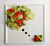Insalata fresca con il cetriolo, il pomodoro ed il cavolo Fotografie Stock Libere da Diritti