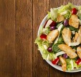 Insalata fresca con il petto di pollo, la rucola, l'oliva ed il pomodoro guar fotografie stock
