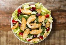 Insalata fresca con il petto di pollo, la rucola, l'oliva ed il pomodoro guar immagini stock libere da diritti