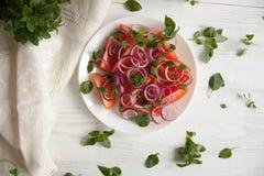 Insalata fresca con il pomodoro, la cipolla ed il basilico Fotografia Stock Libera da Diritti
