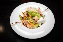 Insalata fresca con il tonno, carota, uova Immagine Stock