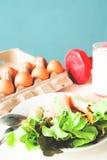 Insalata fresca con l'uovo ed il latte, concetto sano di stile di vita Fotografia Stock