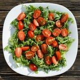 Insalata fresca con la rucola ed i pomodori Immagine Stock
