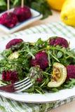 Insalata fresca con la rucola, zucchini, palle di estate della barbabietola Fotografia Stock Libera da Diritti