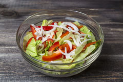 Insalata fresca con le erbe, la paprica e la cipolla in lastra di vetro Fotografie Stock Libere da Diritti