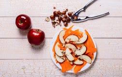 Insalata fresca con le mele, carote, nocciole Immagini Stock Libere da Diritti